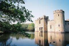 Bodiam (cranjam) Tags: ricoh gr1 gr1v film kodak ektar100 england inghilterra uk bodiamo castle castello eastsussex moat fossato nationaltrust