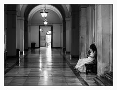 Juste un peu de calme! (francis_bellin) Tags: femme andalousie streetphoto street couloir photoderue lumières noiretblanc monochrome netb espagne olympus blackandwhite faculté bw 2019 séville ville