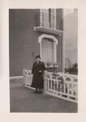 Femme, vers 1938 (Cletus Awreetus) Tags: photographie photoancienne vintage femme jardin barrière maison balcon