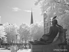Hamburg - Mönckebergbrunnen (peterkaroblis) Tags: schwarzweis blackandwhite infrarot infrared baum tree statue monument hamburg