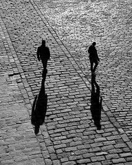 due figure (two) (pjarc) Tags: spain spagna espana siviglia sevilla dicembre december 2018 persone peoples due two forme forms ombre shadows street foto photo bw black white bianco nero nikon dx città city