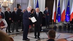Jan Olbrycht odbiera zaświadczenie o wyborze na posła do Parlamentu Europejskiego z rąk przewodniczącego Państwowej Komisji Wyborczej