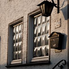Abendlicht im Fenster (Sylsine) Tags: deutschland fenster stadt architektur laterne innenstadt briefkasten sauerland abendlicht hausnummer menden städte strasenundwege