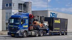 AN64772 (18.08.21, Østhavnsvej, Oliehavnsvej)DSC_8546_Balancer (Lav Ulv) Tags: 258863 portofaarhus østhavnsvej mercedesbenz actros e6 euro6 actros963 actros2645 2014 blue lowloader dieplader tiefauflieger faymonvilletrailer fassicrane container driverklaus blokvogn 6x4 forklift truck truckphoto truckspotter traffic trafik verkehr cabover street road strasse vej commercialvehicles erhvervskøretøjer danmark denmark dänemark danishhauliers danskefirmaer danskevognmænd vehicle køretøj aarhus lkw lastbil lastvogn camion vehicule coe danemark danimarca lorry autocarra danoise vrachtwagen trækker hauler zugmaschine tractorunit tractor artic articulated semi sattelzug auflieger trailer sattelschlepper vogntog oplegger sættevogn