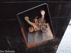 Ein interessantes Detail... --- An interesting detail... (der Sekretär) Tags: anker bug detail drahtesel eisen fahrrad frachter frachtschiff hurtigruten lofoten mslofoten metall norway norwegen passagierschiff rost scandinavia schiff skandinavien stahl velo zweirad anchor bicycle bike black bow cargoboat cargoship closeup cruisevessel cycle freighter iron liner metal orange passangership rostig rust rusty schwarz ship stain steel twowheeler verrostet vessel