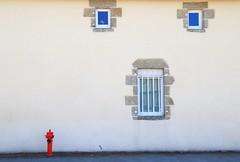 Frayeur Foncière (Tonton Gilles) Tags: façade maison fenêtres visage yeux bouche trottoir à incendie rouge graphisme
