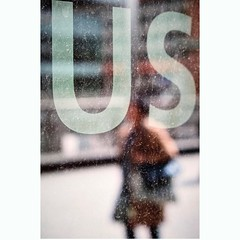 US (Guido Klumpe) Tags: candid street streetphotographer streetphotography strase hannover hanover germany deutschland city stadt streetphotographde unposed streetshot gebäude architecture architektur building perspektive perspective spiegelung mirror reflection reflected minimal minimalism minimalistisch simple reduced blurred