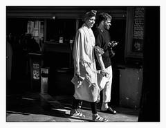 Prendre la lumière (francis_bellin) Tags: olympus blackandwhite streetphoto street passant photoderue noiretblanc monochrome belle ville netb espagne rue passantes bw 2019 séville andalousie