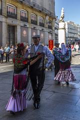 Bailando chotis, Madrid (kike.matas) Tags: canon canoneos6d canonef1635f28liiusm kikematas madrid españa spain chotis baile retrato robado parejas puertadelsol plaza lightroom6