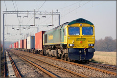 66587, Grange Farm (Jason 87030) Tags: gm shed fred class66 freightliner wcml northampton loop green yellow northants northamptonshire engine loco diesel train lineside shot canon containers boxes crewbasfordhall felixstowe 4l75 working trains railways