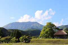 Mt. Daisen in Spring (Teruhide Tomori) Tags: 伯耆富士 大山 奥大山 農村 春 かやぶき屋根 木造建築 自然 風景 日本 鳥取県 江府町 御机 田圃 田舎 空 山陰 mtdaisen nature landscape spring japan japon tottori mountain house architecture construction wooden green tree sky mitsukue kofu countryside