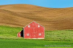 Palouse Red Barn (Gary Grossman) Tags: palouse barn red hills grass spring may landscape northwest washington garygrossmanphotography garygrossman goldenhour earlymorning landscapephotography pacificnorthwest