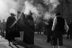 (Sergi_Escribano) Tags: light lightanddarkness monochrome monocromático monochromatic barcelona barcelonastreetphotography blackandwhite blancoynegro streetphotography streetsofbarcelona sergiescribano sergiescribanophotography shadows mist traditions trabucaires
