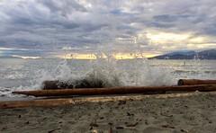les éléments (Pierre♪ à ♪VanCouver) Tags: vancouver salishsea georgiastrait maréehaute nuages clouds 海 雲 波 vague wave ola onda nubes