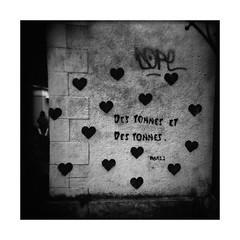 Love is all you need (Oeil de chat) Tags: nb bw monochrome pellicule film argentique lomography holga kodak trix rodinal carré mf moyenformat mediumformat graffiti love rennes