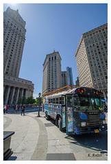 Der Bus ist da. (aus Kiel) Tags: new york midtown manhattan strase taxi verkehr amerika american allee gebäude bus busy cabs autos stadt tage stadtteil generisch intersection hauptstädtisch nachbarschaft einzelhandel shoppen speichern tourismus reisen