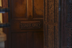 Staff only (Luis DLF) Tags: russellsrestaurant escocia cena restaurante puerta desenfoque madera biombo speanbridge canon