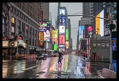 Times Square (aus Kiel) Tags: regenschirm new york viereck regen stadt strase nacht life amerika manhattan orientierungspunkt nass leute uns kommerzielle taxi menschenmenge touristen licht neon midtown modern zeit gebäude tourismus urbano american verkehr skyscraper stadtteil busy wasser anblick verregnet strasen reisen dunkel architektur stadtlandschaft skyline