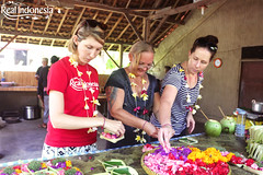 Making Canang Sari (Real Indonesia) Tags: bali indonesia local culture canang sari flower offerings