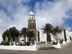 Teguise, the former historic capital of Lanzarote (Sokleine) Tags: city citycentre white blanc maisons houses architecture heritage patrimoine teguise lanzarote canarias canary canaries island ile spain espagne espana europe church église