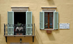 Umbria: Montefalco, a room with a balcony (Henk Binnendijk) Tags: umbria umbrië italy italia italië room window balcony wall yellow shutters montefalco dwwg