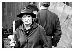 Transhumance sous la pluie (Ariège) (PierreG_09) Tags: seix ariège pyrénées pirineos occitanie couserans hautsalat transhumance tradition fête noiretblanc nb bw monochrome éleveur agriculteur paysan femme éleveuse agricultrice paysanne