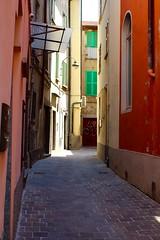Il vicolo (l'obiettivo) Tags: foto fotografia fotoacolori fotografiaacolori colori como como2017 lombardia italia photo photography colourphoto colourphotography colorphoto colorphotography colors lombardy italy canon canon1300d
