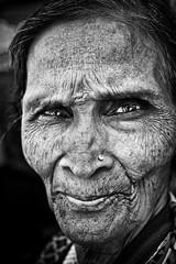 Nayana (Ma Poupoule) Tags: pattadakal inde india porträt portrait nb noirblanc noir biancoenero bianconero blackwhite bw ritratti ritratto yeux eyes woman oldwoman