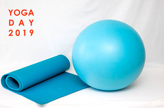 "Blaue Yogamatte und Gymnastikball vor weißem Hintergrund, mit dem Bildtitel ""Yoga Day 2019"" - Tag des Yoga (verchmarco) Tags: fitness workout internationaldayofyoga yoga ball object lifestyle fit gym healthy health noperson keineperson plastic kunststoff ballshaped kugelförmig spherical sphärisch sphere kugel conceptual konzeptionelle empty leeren paper papier isolated isoliert graphicdesign grafikdesign turquoise türkis business geschäft glazed glasiert gesundheit bright hell creativity kreativität ball2019 2020 2021 2022 2023 2024 2025 2026 2027 2028 2029 2030 market countryside restaurant seascape day ciel cielo vowel windows camera"