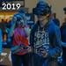 Messebesucher spielt Computerspiele mit VR-Brille, neben dem Bildtitel