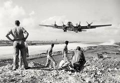 Des soldats américains regardent un bombardier lourd B-29 Superfortress décoller d'un aérodrome de Saipan, en décembre 1944. #WW2 #WWII #2GM #secondeguerremondiale #secondeguerre #worldwartwo #b29 #superfortress #saipan #japon (secondeguerre.com3945) Tags: saipan worldwartwo secondeguerremondiale secondeguerre japon wwii ww2 superfortress 2gm b29