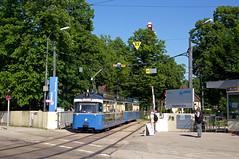 Auf der Pendeltramlinie E7 wurde neben einem Niederflurwagen an beiden Öffnungstagen auch der P-Zug 2006/3004 eingesetzt, der hier am Samstagnachmittag die Hauptwerkstätte verlässt (Frederik Buchleitner) Tags: 2006 3004 hw hauptwerkstätte kleinebahnganzgros linie7 liniee7 mvgmuseum munich münchen pwagen strasenbahn streetcar tram trambahn