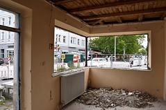 Die fehlenden Fensterscheiben ermöglichen nochmal einen Blick ins Innere (Bild: Peter Schricker) (Frederik Buchleitner) Tags: baustelle munich münchen romanplatz strasenbahn streetcar tram trambahn