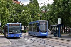 Auf dem Ersatzbus 12 kommen Gelenkbusse zum Einsatz, die eine ähnliche Kapazität wie die auf der Tramlinie eingesetzten Zweiteiler bieten (Bild: Peter Schricker) (Frederik Buchleitner) Tags: 2707 avenio citaro hadersdorfer linie12 mkc7930 mercedesbenz munich münchen neuhausen siemens strasenbahn streetcar twagen t2 tram trambahn