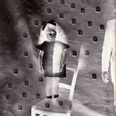 Chloë est inquiète (andrefromont) Tags: andréfromont andrefromontfernandomort fernandomort enfant child chaise chair nb bw