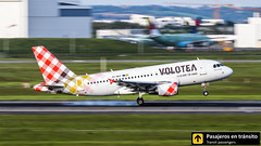 Airbus A319 Volotea 'Hasta la pista, baby' EC-MUY (Ana & Juan) Tags: airplane airplanes aircraft airport aviation aviones aviación airbus a319 volotea landing toulouse tls lfbo spotting spotters spotter planes canon closeup panning