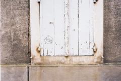 Volets (IneZeSky) Tags: leicam6 leica summilux kodak kodakcolorplus200 couleur color m6 colorplus film filmisnotdead argentique analog analogique angers anjou paysdelaloire