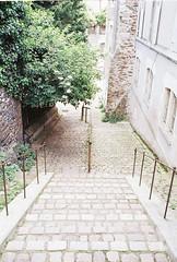 Escalier vers la montée (IneZeSky) Tags: leicam6 leica summilux kodak kodakcolorplus200 couleur color m6 colorplus film filmisnotdead argentique analog analogique angers anjou paysdelaloire
