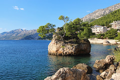 Brela, Croatia (russ david) Tags: brela croatia dalmatian coast adriatic sea beach balkans ocean hrvatska republic republika travel november 2018 landscape island tree
