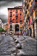 (156/19) Arco de Cuchilleros (Pablo Arias) Tags: pabloarias photoshop ps capturanxd photomatix españa nubes cielo arquitectura arco persona madrid centro plazamayor