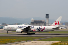 """ItamiAirport 2019.6.21 (20) JA773J / JAL's B777-200 """"みんなのJAL2020ジェット"""" with TOKYO 2020 painting (double-h) Tags: omd em1markii omdem1markii lumixgxvariopz45175mmf4056asphpowerois rjoo itm osakaairport itamiairport 大阪空港 伊丹空港 airplane 飛行機 伊丹スカイパーク itamiskypark ja773j jal 日本航空 b777 b777200 tokyoolympic tokyoparalympics specialpainting olympic paralympic tokyo2020 特別塗装 東京2020 みんなのjal2020ジェット みんなのjal2020ジェット東京五輪 オリンピック パラリンピック"""