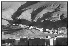 83214_18 High Atlas, Morocco, 1983 (Wolfgang_Kraus) Tags: morocco maroc marokko highatlas hautatlas berbers imazighen village landscape ethnography pentax mx analog film ilford fp4 id11 monochrome dslrscanning k1 schneiderkreuznach adapted xenon zirconia 11 linescan industriallens piplkan
