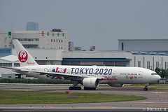 """ItamiAirport 2019.6.21 (16) JA773J / JAL's B777-200 """"みんなのJAL2020ジェット"""" with TOKYO 2020 painting (double-h) Tags: omd em1markii omdem1markii lumixgxvariopz45175mmf4056asphpowerois rjoo itm osakaairport itamiairport 大阪空港 伊丹空港 airplane 飛行機 伊丹スカイパーク itamiskypark ja773j jal 日本航空 b777 b777200 tokyoolympic tokyoparalympics specialpainting olympic paralympic tokyo2020 特別塗装 東京2020 みんなのjal2020ジェット みんなのjal2020ジェット東京五輪 オリンピック パラリンピック"""