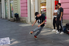 Sarajevo - Ulica Ferhadija (Añelo de la Krotsche) Tags: sarajevo ulicaferhadija bosnaihercegovina bosnieherzégovine boy garçon chico junge dancer streetdancer