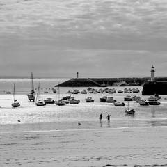 plein ouest (Patrick Doreau) Tags: reflet reflexuion noir blanc white black mer sea port harbour boat bateau people personne contrejour nuage cloud ciel sky phare
