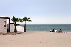 en attendant le solstice d'été (fotomie2009) Tags: francia 2019 06 saintes maries de la mer france provence provenza camargue sea mare spiaggia beach people palme composition carrà saintesmariesdelamer metafisica