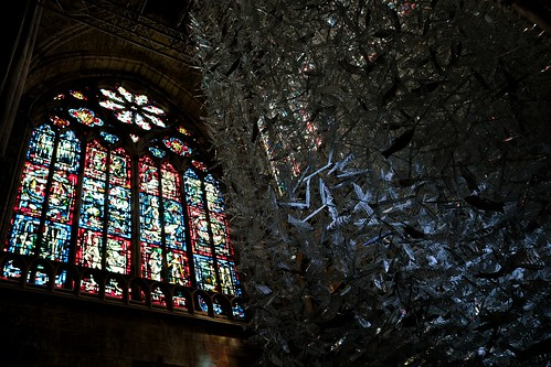 """La cascade de sardines de verre, sous les vitraux de l'église Saint-Julien de Tours dans le cadre de l'exposition """"Lumières célestes"""" de Marcoville."""