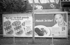 Pottbilder VII: Plakatkleber mit Humor (Etzadle) Tags: dortmund werbung leicar3 ilfordhp5 analog fleisch hundefutter