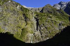 Acantilados (aguila.sideral) Tags: acantilado montaña mountain verde green agua cascada patagonia rocas