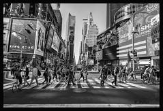 (aus Kiel) Tags: leute menschenmenge person business überfüllt fusgänger wandernd pendler pendeln stadt urbano metropole new york stadtteil strase hauptverkehrszeit busy bürgersteig zebrastreifen kreuzung verkehr reisen